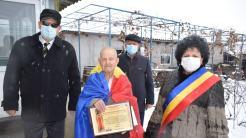 Mariana Gâju l-a premiat pe veteranul de război Ion Ceapă. FOTO Cumpăna News