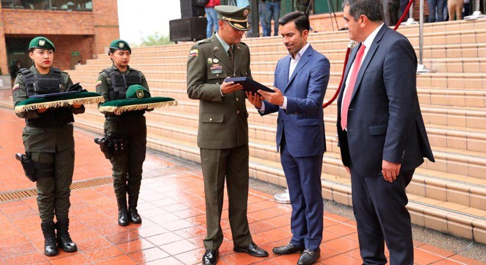 Comandante de policía y gobernador dan la bienvenida al GOES