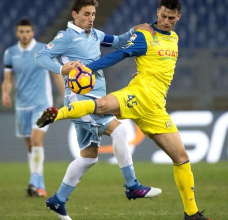 Lazio's Lucas Biglia (L) and Chievo Verona's Roberto Inglese during Serie A soccer match Ss Lazio vs Chievo Verona at Olimpico Stadium in Rome, 28 January 2017. ANSA/ CLAUDIO PERI