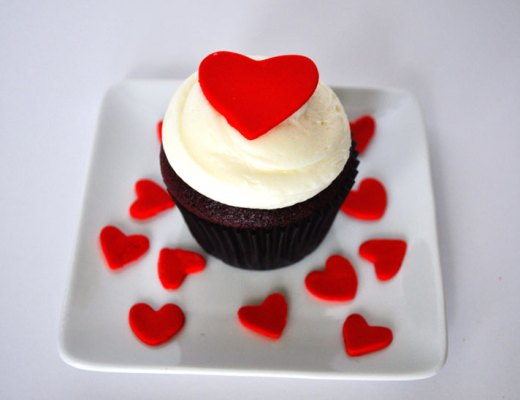 Red Velvet Cupcakes for Valentine's Day | www.cupcakesandthecosmos.com
