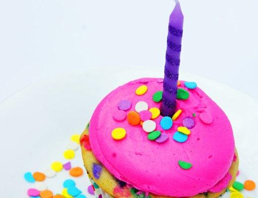 Bright Pink Funfetti Birthday Cupcakes | www.cupcakesandthecosmos.com