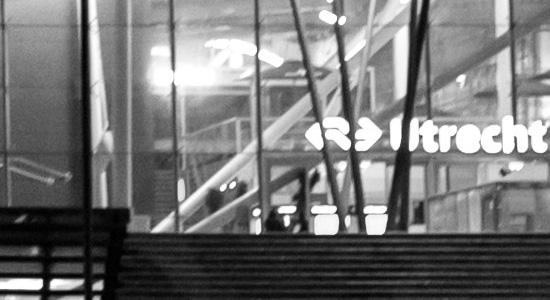 Nachtaufnahme Bahnhof Utrecht(Nikon D750 bei ISO 3200, 1:1-Ausschnitt aus einem der Fotos unten, ohne Bearbeitung in Bezug auf das Rauschen)
