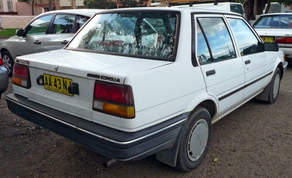 1985-1986_Toyota_Corolla_(AE80)_S_sedan_02