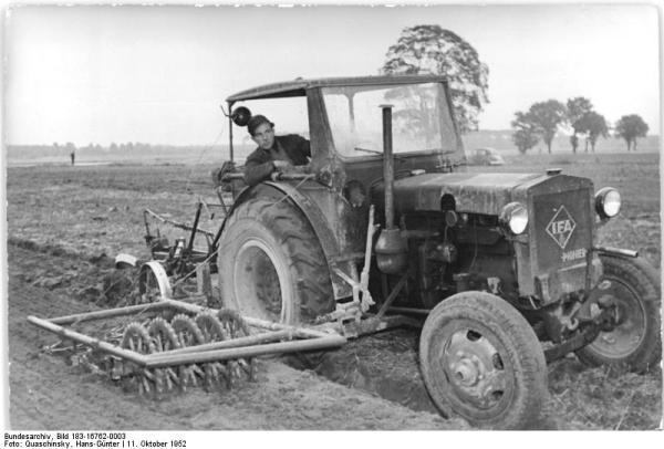 Pfaffendorf, Traktorist bei der Feldarbeit