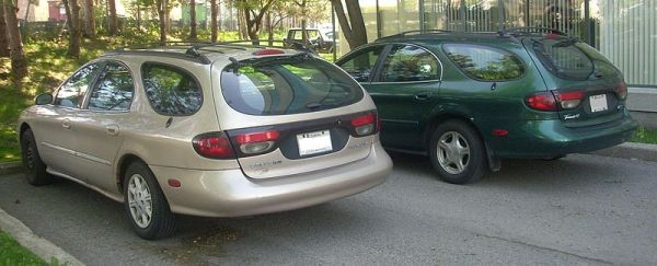 800px-'98-'99_Mercury_Sable_LS_&_Ford_Taurus_SE_Wagons