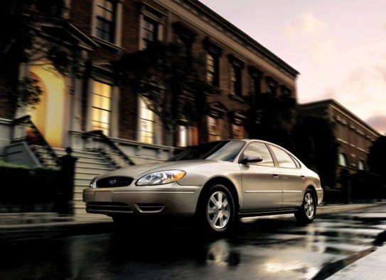 2005-Ford-Taurus-Sedan-Image-002