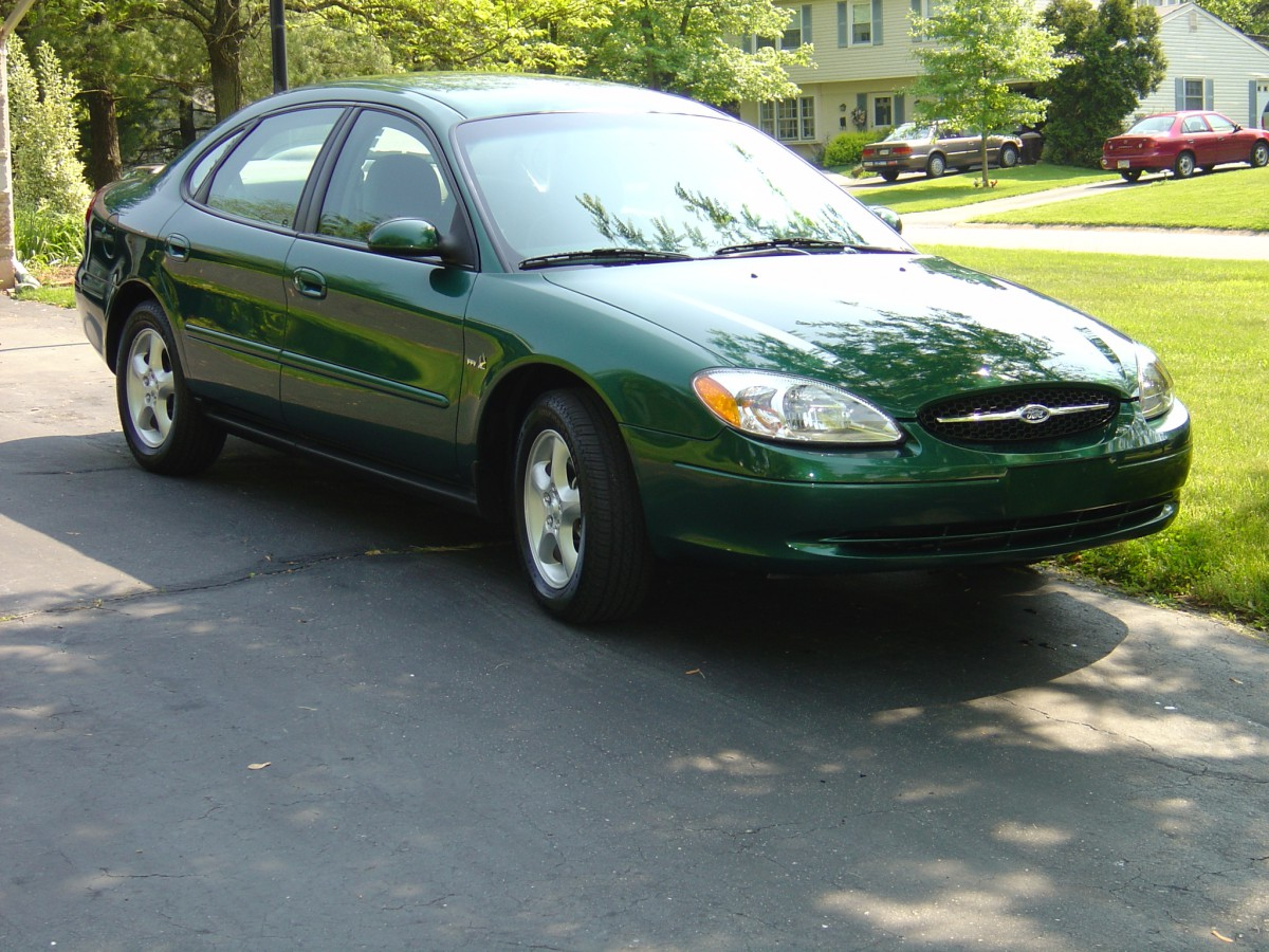 2000 Ford Taurus SE front view