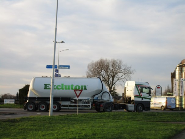 MAN TGX 4x2 tractor with dry cement bulk tanker