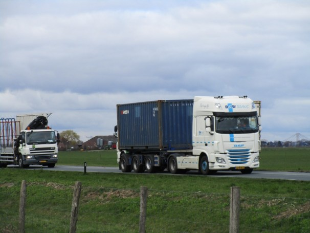 2017 DAF 4x2 tractor and 2008 DAF 4x2 truck