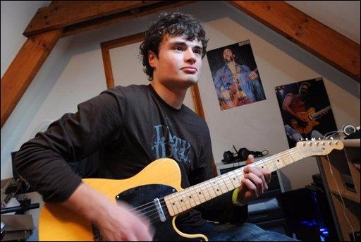 Una guitarra eléctrica, música clásica y un chico de 15 años. El resultado te dejará con la boca a bierta.