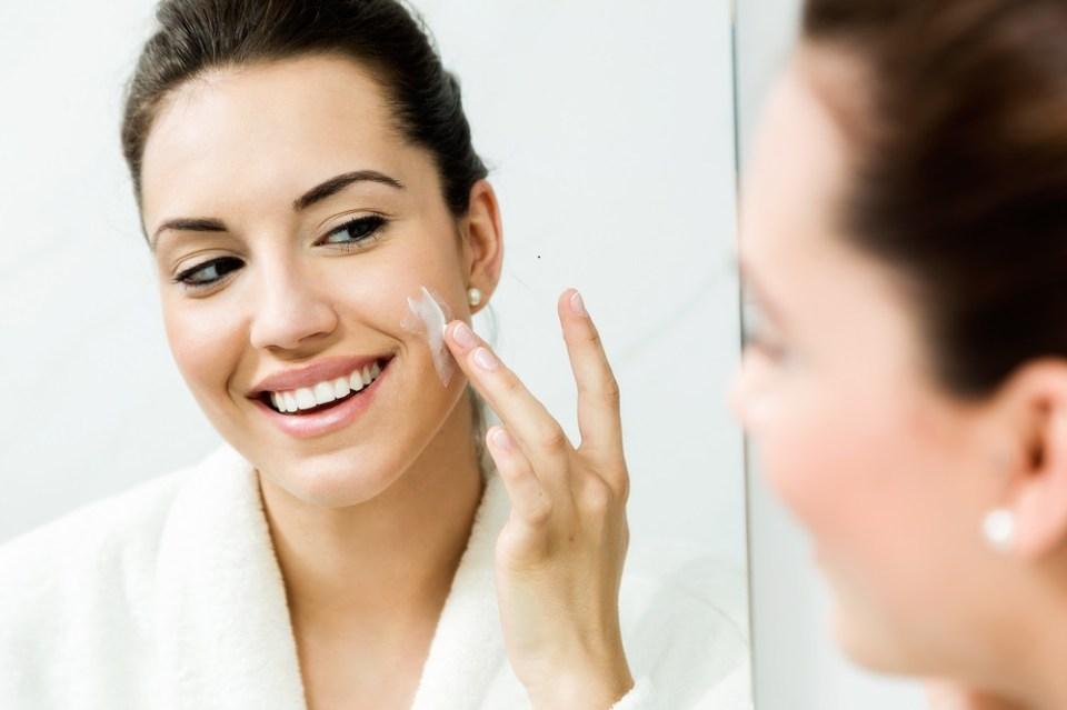 La crema hidratante es muy importante antes de maquillarse