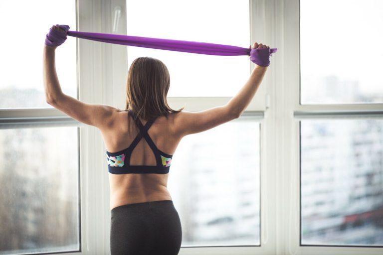 Rutina de ejercicios para brazos con bandas elásticas para tonificar