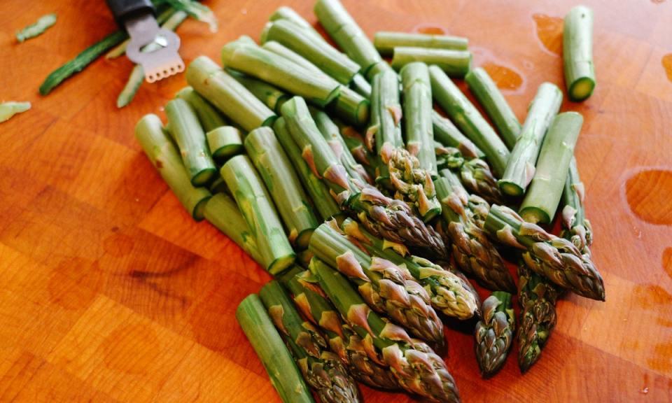 por qué se produce mal olor de la orina al comer espárragos