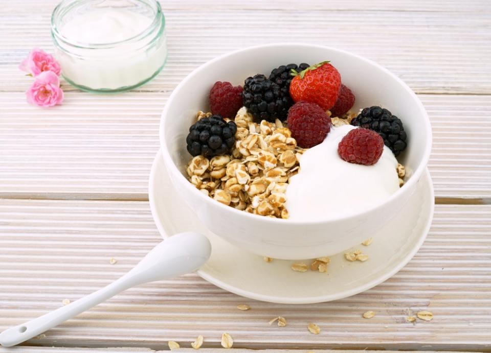El yogur es un alimento que ayuda a mejorar la flora intestinal