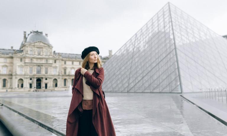 Descubre cuáles son las prendas de una mujer francesa imprescindibles en el armario