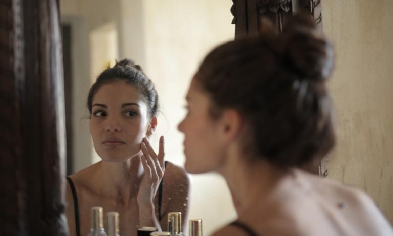 Descubre si la menopausia puede provocar manchas en la cara