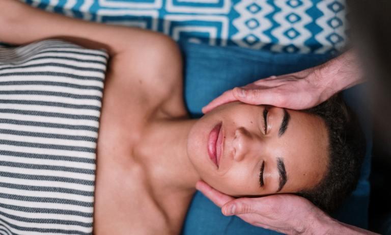 Un masaje facial dentro de la limpieza de cutis profesional te ayudará a relajarte