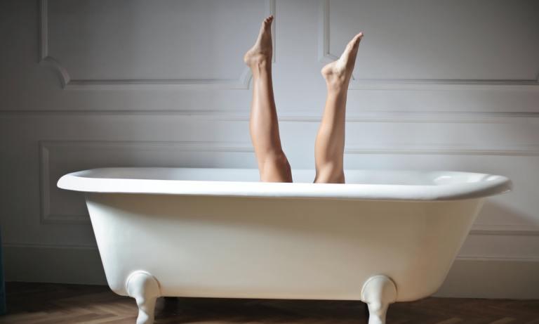 Poner las piernas en alto es uno de los remedios para piernas cansadas