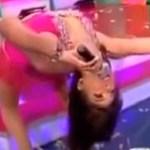 Presentadora de televisión intenta hacer movimientos de gimnasia pero algo sale mal