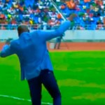 Espectacular caída del seleccionador de Zambia al intentar dominar la pelota (VÍDEO)