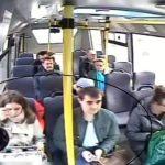 El momento exacto de un sofisticado robo dentro de un bus de transporte público