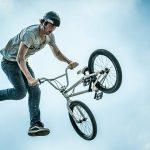 """""""El ciclista más afortunado"""" sale ileso de un peligroso truco (VÍDEO)"""