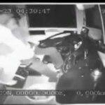 VÍDEO: El conductor del autobús muere detrás del volante y un pasajero lo saca rápidamente  para tomar el control