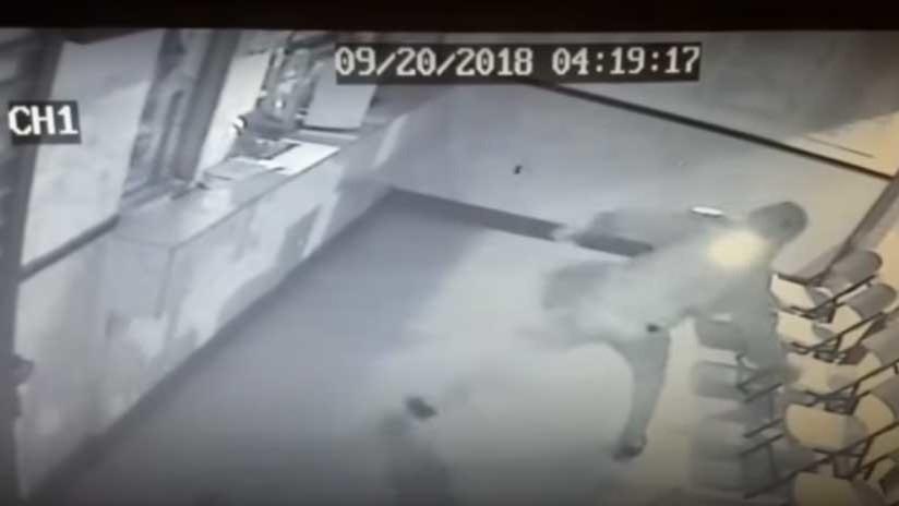 Ladrón intenta romper una vitrina a prueba de balas y se lleva un ladrillazo en la cabeza.