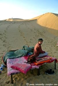 Nuit à la belle étoile dans les dunes de sable
