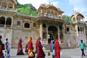 Procession de femmes se rendant au Galta Monkey Temple, Rajasthan