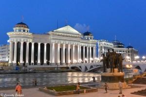 Musée archoélogique de Skopje illuminé la nuit