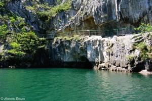 Sentier de randonnée creusé à même la roche dans le canyon de Matka