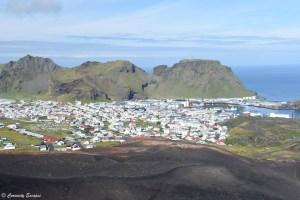 Ville d'Heimaey vue du volcan