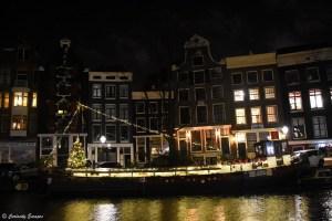 Péniche illuminée à Amsterdam