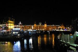 Gare centrale d'Amsterdam illuminée de nuit
