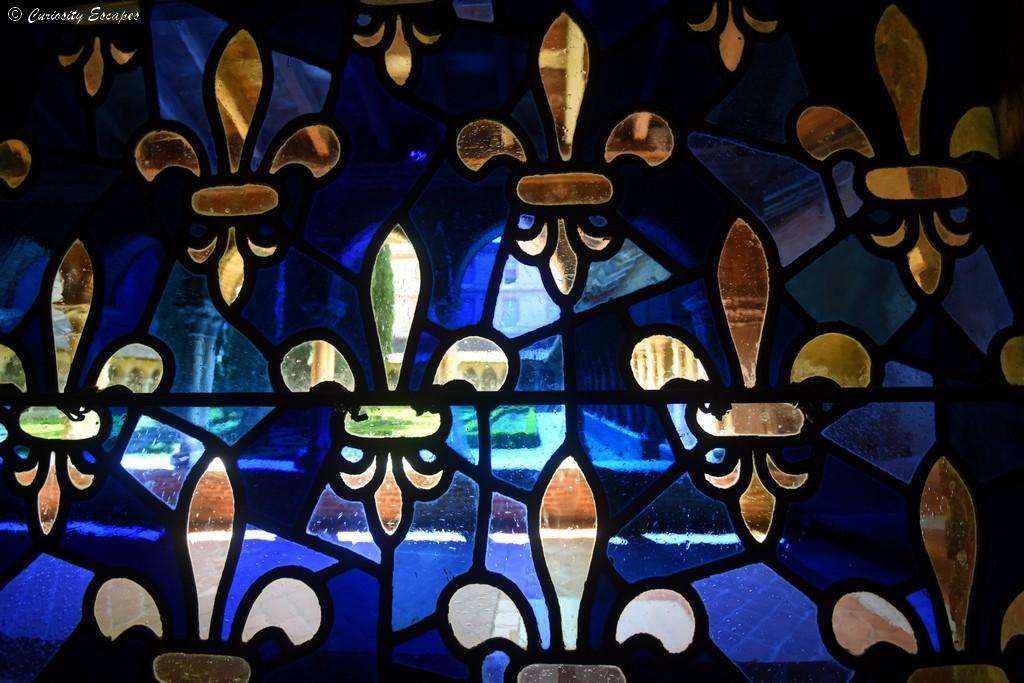 Vitrail bleu profond au couvent des Jacobins
