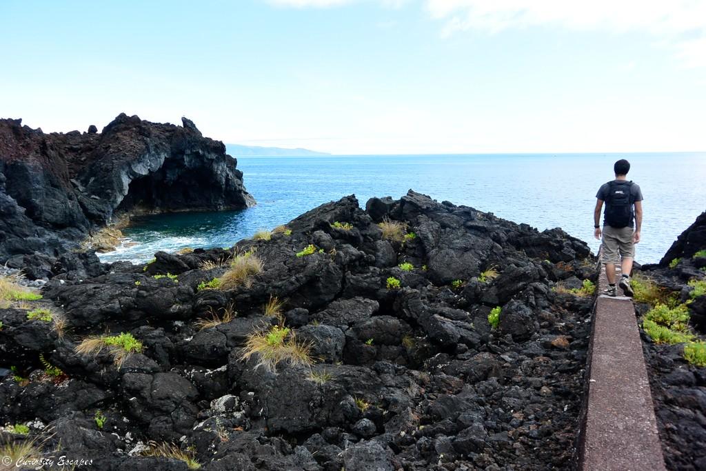 Randonner sur de la lave sur l'île de Pico, Açores