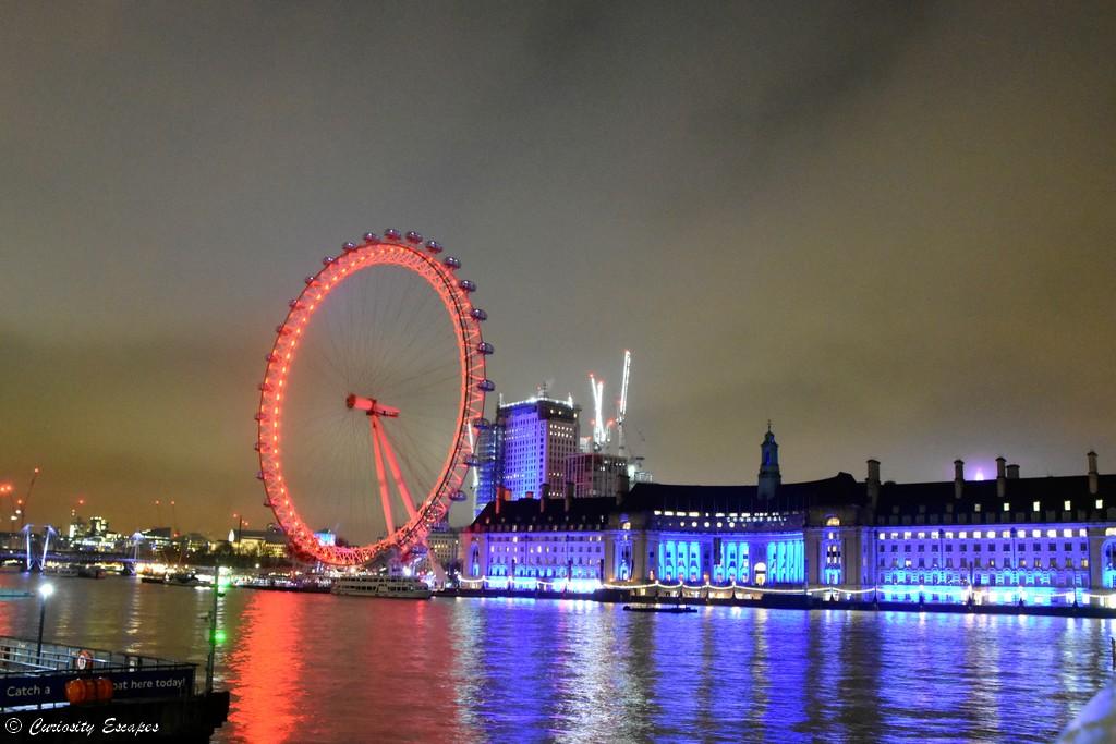 Grande roue éclairée de nuit pendant noël