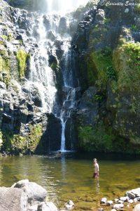 Se baigner dans le poço do Bacalhau sur Flores