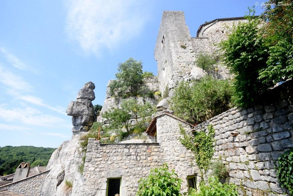 Le château féodal de Labeaume construit contre la falaise