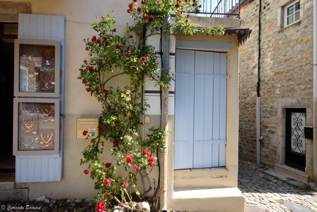 Façades fleuries dans le village de Labeaume