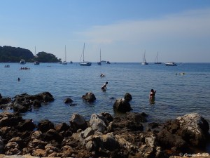 Baignade à Zlatni Rt à Rovinj en Croatie
