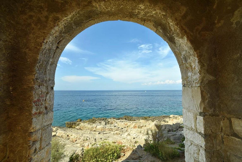 Arche en pierre qui donne sur la mer, île de Losinj