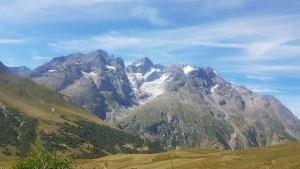 Sommets enneigés dans le col du Galibier en été