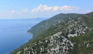 Côte sauvage de l'île de Cres en croatie