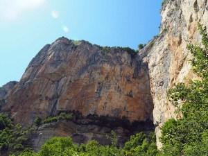Falaises de Presles depuis l'entrée de la grotte du gournier