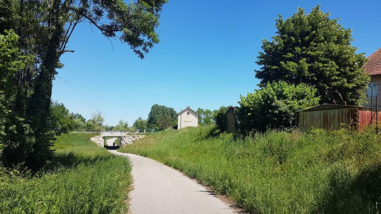 Ancienne gare abandonnée sur la Voie Verte à Passins