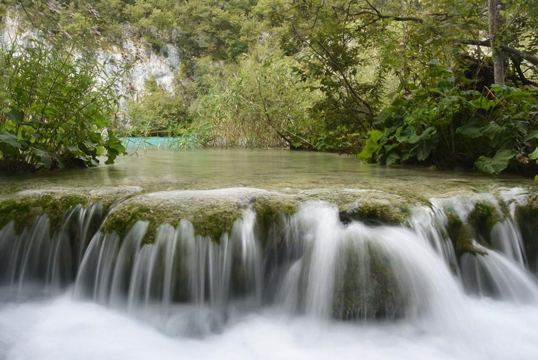 Petit saut de cascade à Plitvice en Croatie