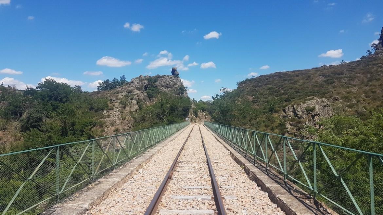 Vélorail passe sur un viaduc en Ardèche