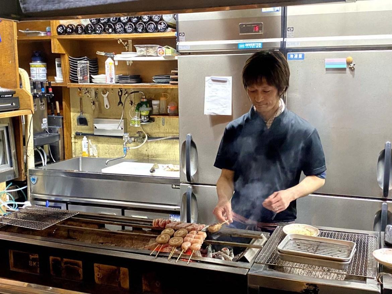 Restaurant de Yakitori, des brochettes, au Japon